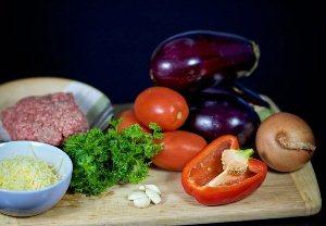 Моем и чистим овощи, бланшируйте помидоры