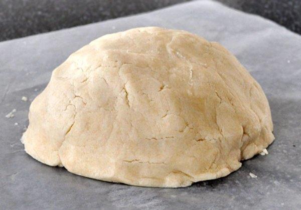 Замешиваем песочное тесто для лимонного пирога