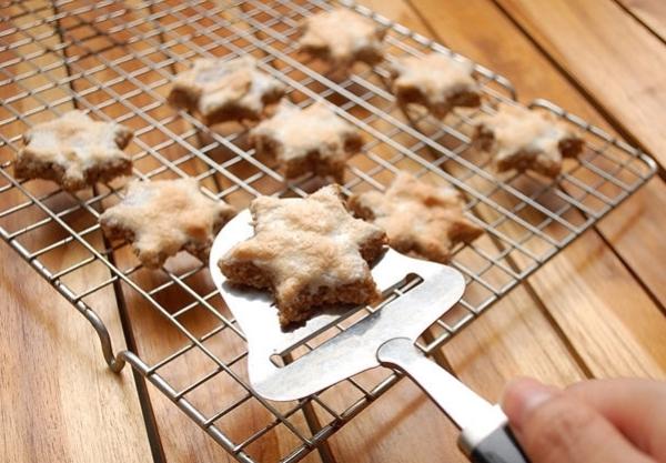 Остужаем печенье с корицей
