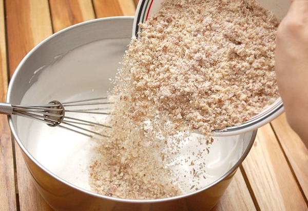 Замешиваем тесто для печенья с корицей