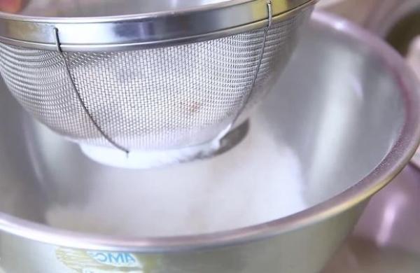Просеять муку, специи и соль