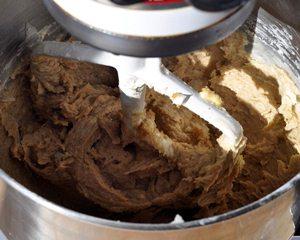 Смешиваем тесто для шоколадного пирога
