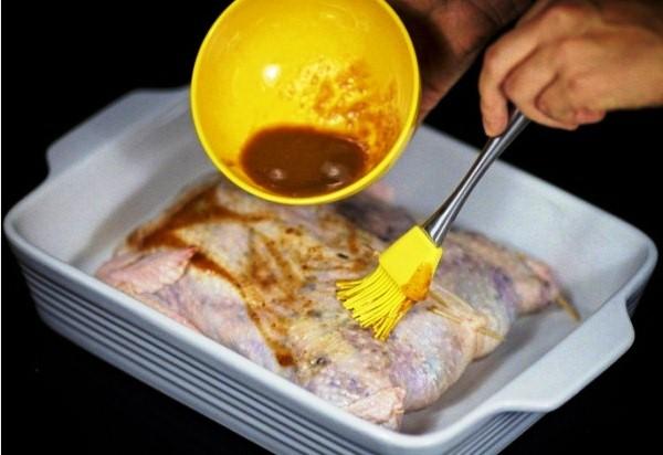 Поливаем курицу соусом ткемали