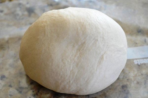 Замешиваем тесто для сахарных кренделей
