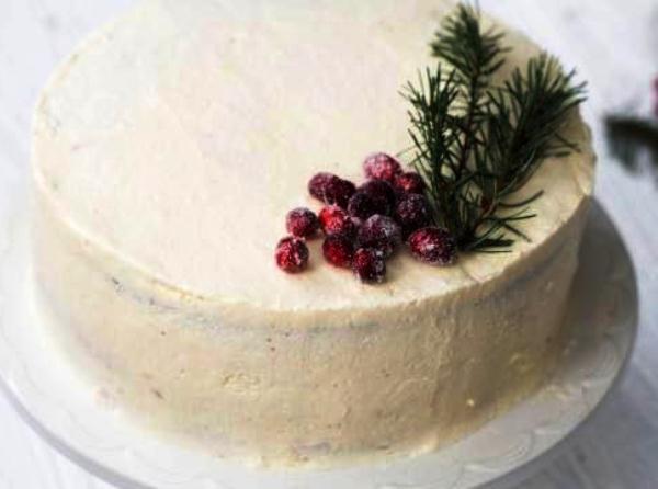 Украшаем рождественский торт ягодами и хвоей