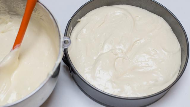 Раскладываем тесто в формы для выпечки