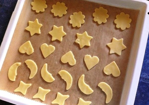 Помещаем сахарное печенье  на противень