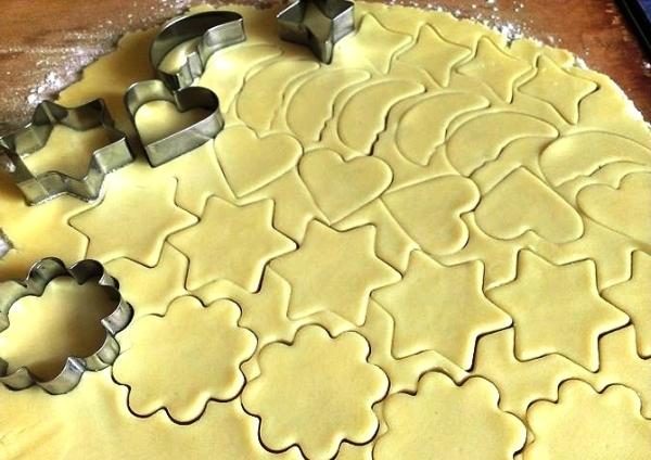Вырезаем из теста заготовки сахарного печенья