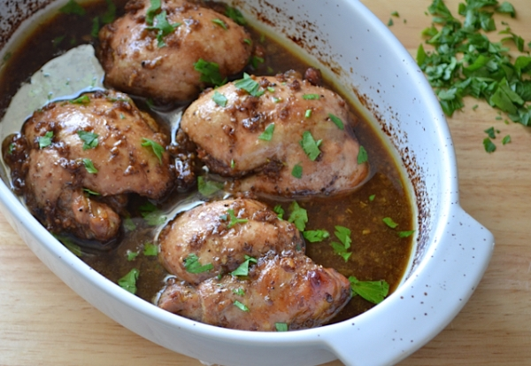 Посыпаем запеченные куриные бедра петрушкой