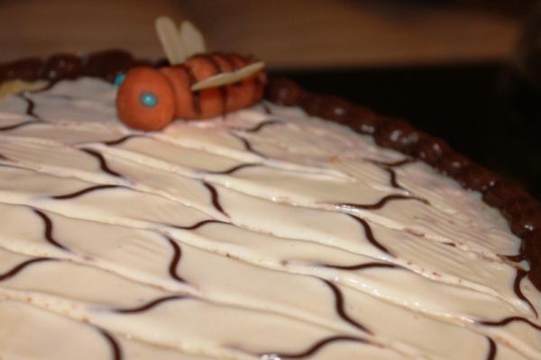 Украшаем верх медового торта пчелкой из мастики