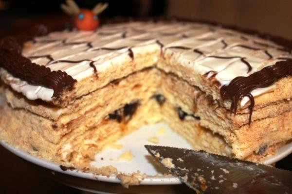 Ставим медовый торт в холодильник на несколько часов