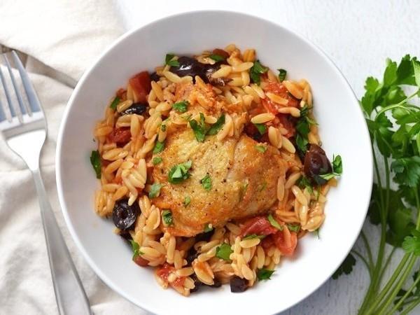 Подаем на стол курицу запеченную с рисом