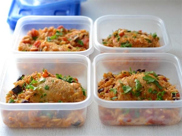 Раскладываем курицу запеченную с рисом в судки