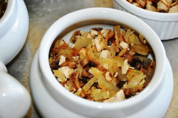 Наполняем горшочки жаренными грибами, соусом и сыром