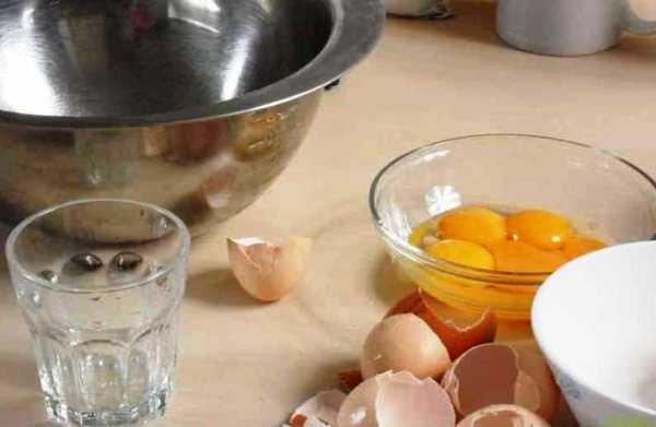 Разделяем яйца на желтки и белки