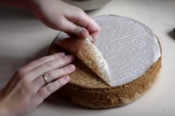 Снимаем с шоколадного бисквита бумагу для выпечки