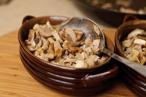 Раскладываем грибы в горшочки