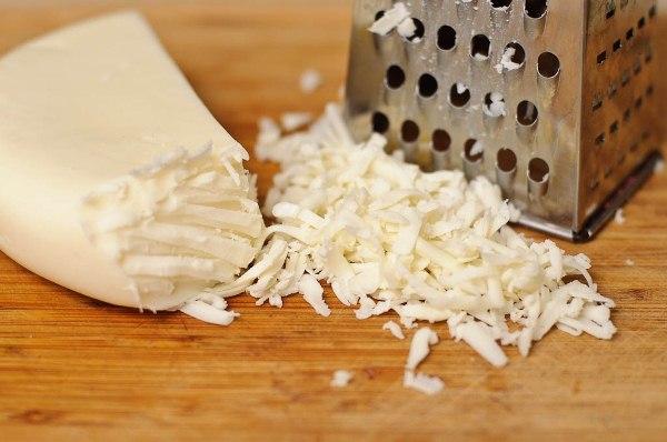 Натираем сыр на крупной терке