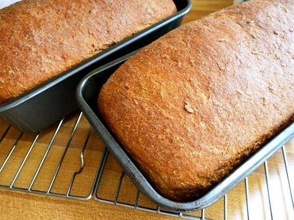 Вынимаем бородинский хлеб из духовки