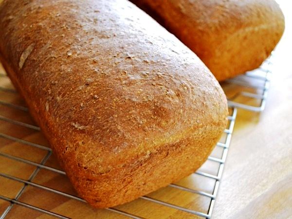 Остужаем бородинский хлеб  на решетке