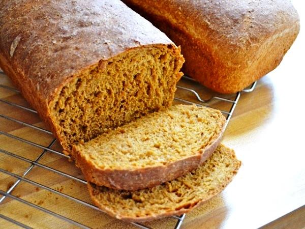 Нарезаем остывший бородинский хлеб