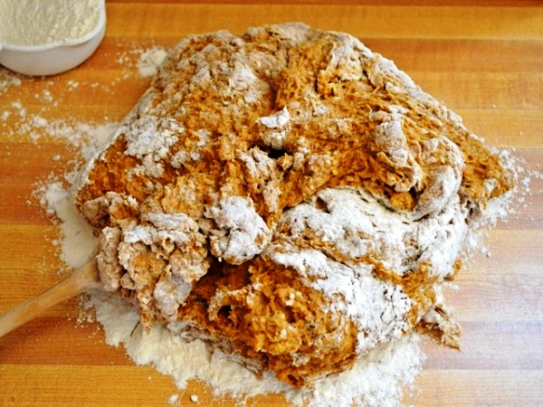 Месим тесто для бородинского хлеба на столе
