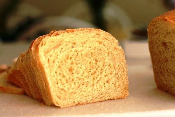 Нарезаем хлеб тонкими кусочками