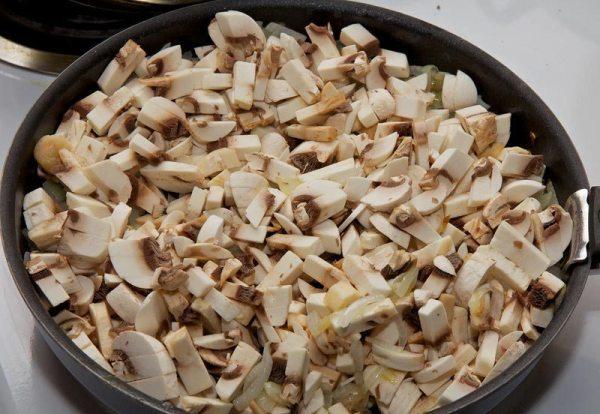 Добавляем в сковороду грибы