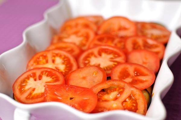Помешаем слой помидоров на запеканку с мясом