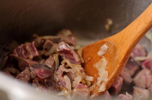 Добавляем в сковородку мясо