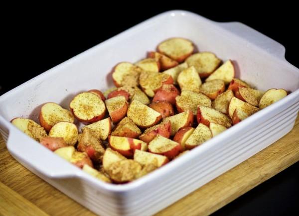 Картошку режеи и поливаем маслом