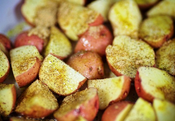 Посыпаем картошку специями