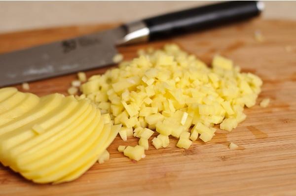 Мелко крошим картошку