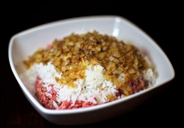 В миске смешиваем фарш, лук и рис