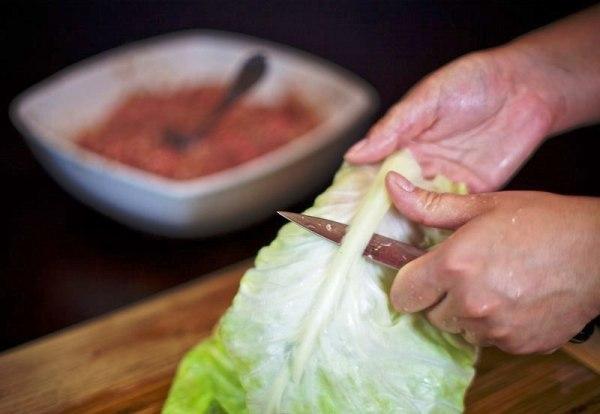 Срезаем с листьев толстую прожилку