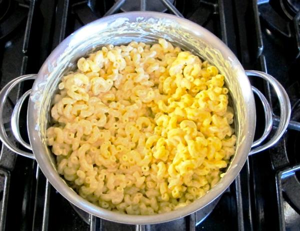 Добавить в соус макароны