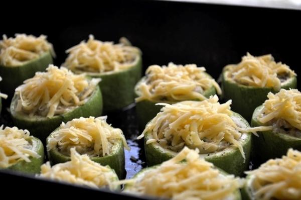 Посыпаем кабачки тертым сыром