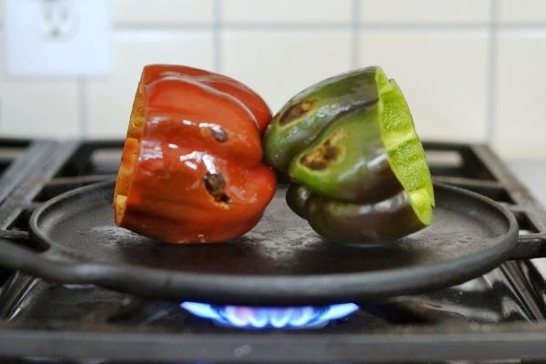 Запекаем перцы на чугунной сковороде