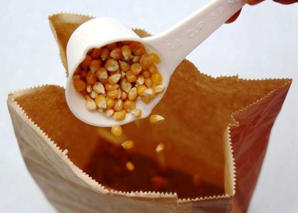 Насыпаем кукурузу в пакет