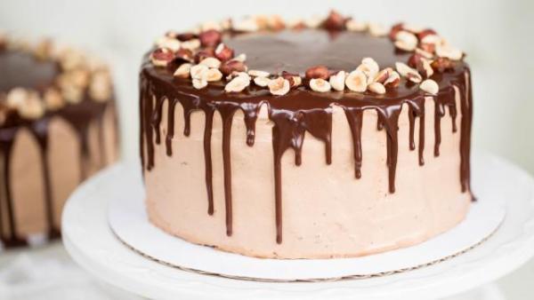 Подаем шоколадный торт с орехами на стол
