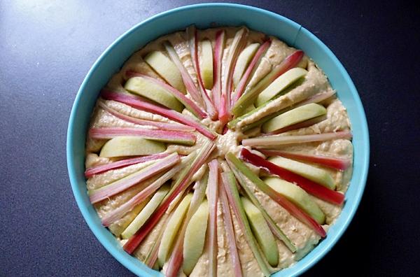 Выкладываем ревень на поверхности пирога