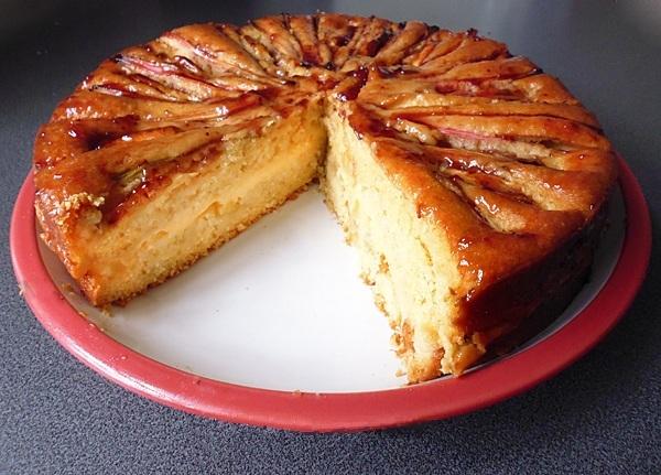 Нарезаем и подаем пирог с ревенем на стол