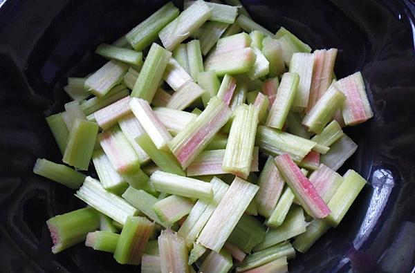 Нарезаем яблоки и ревень кусочками
