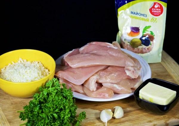 Разрезаем куриные грудки пополам
