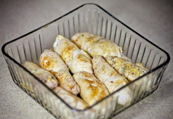 Выкладываем куриные рулетики с сыром в форму для выпекания