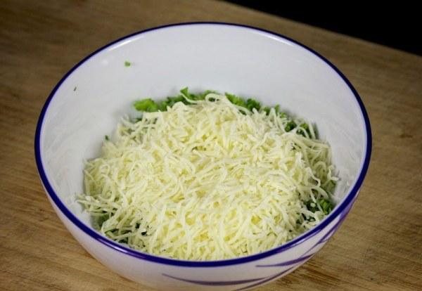 Добавляем в миску тертый сыр
