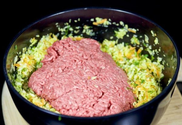 Добавить в миску мясной фарш