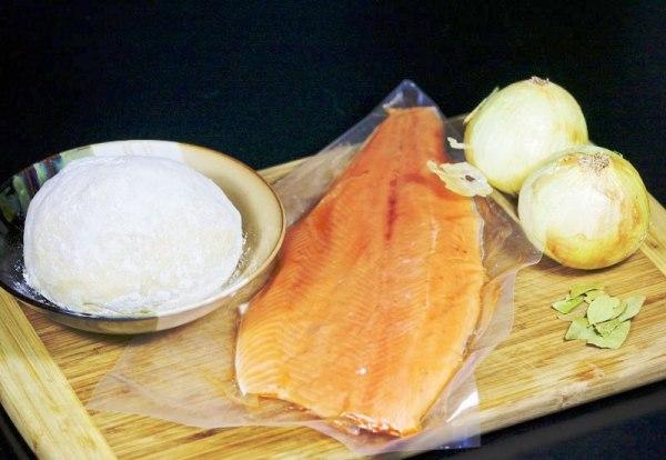 Готовим ингредиенты для выпекания пирога с рыбой