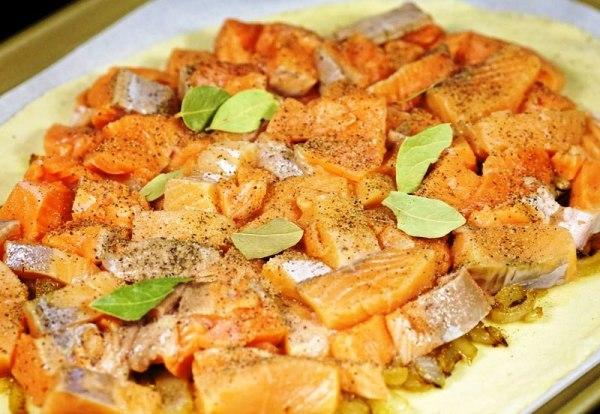 Лосось с луком - отличная начинка для пирога с рыбой