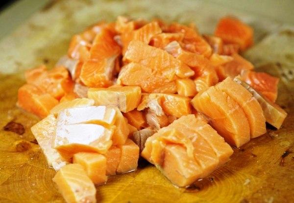Нарезаем филе лосося кусочками